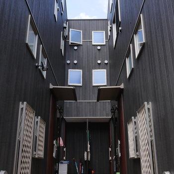 U字に部屋が並ぶ、アパートです。