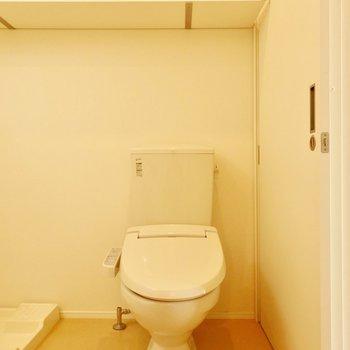 トイレ。後ろの棚を有効活用したい。※写真は前回募集時、クリーニング前のものです
