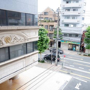 ちょっと右を見ると駅前の通りが。