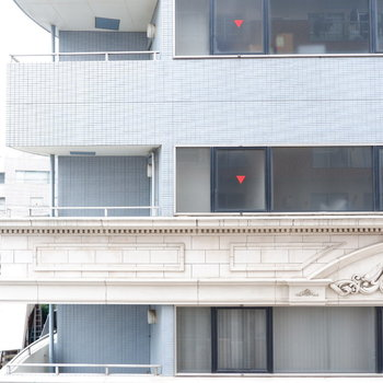 眺望は向かいの建物が。