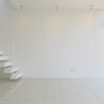 1階:たまにあそこの階段に座って考え事。