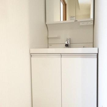 洗面台は壁のサイズにジャスト!※写真は以前工事したお部屋です。