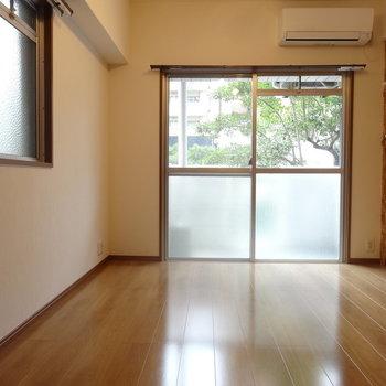 窓からは緑が見えますよ。※写真は以前工事したお部屋です。