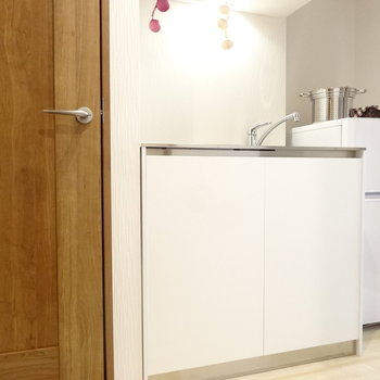 コンパクトなキッチン。冷蔵庫はついてます。※写真は以前工事したお部屋です。