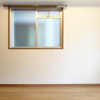 コルク壁の反対側はプレーンな白壁。※写真は以前工事したお部屋です。