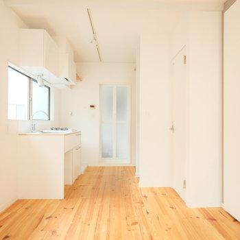 床はパイン材の無垢床。味が出て肌触りが優しくなってます。※写真はクリーニング前、前回募集時のものです