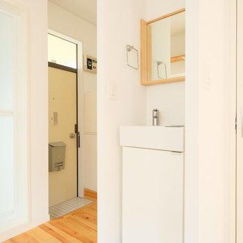 洗面台はお部屋に面してます。玄関前にはカーテンが付けられるよう、木のレールが◎※写真はクリーニング前、前回募集時のものです