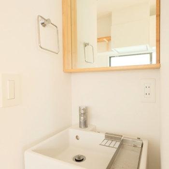 洗面台も造作でナチュラルに!※写真はクリーニング前、前回募集時のものです