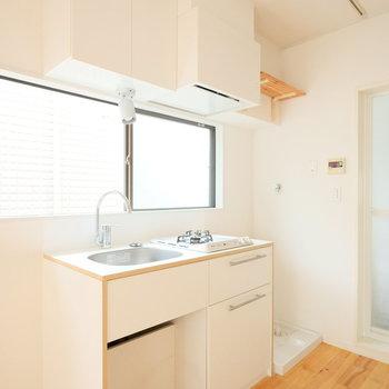 キッチンはこちら!ライティグレールがキッチン上にもあります。※写真はクリーニング前、前回募集時のものです