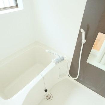 お風呂も窓付き!気持ちよさそ!※写真はクリーニング前、前回募集時のものです