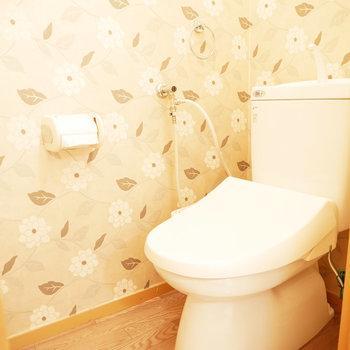 トイレはナチュラルでかわいい壁紙。