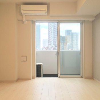 7.5帖、一人暮らしにちょうどいい広さ。※写真は12階の同間取り別部屋のものです。