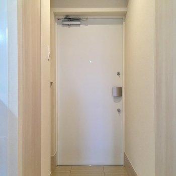 かわいいホワイト玄関。※写真は12階の同間取り別部屋のものです。