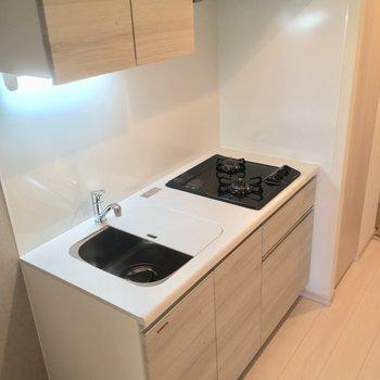 二口コンロ、きれいなキッチン。※写真は12階の同間取り別部屋のものです。