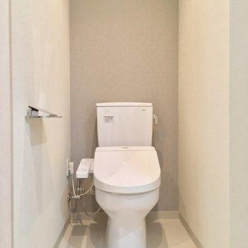 トイレは広々です!※写真は12階の同間取り別部屋のものです。