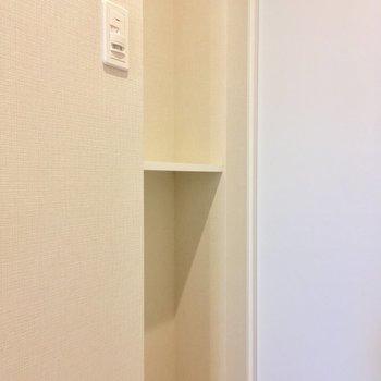 向かいに小物をおける棚。※写真は12階の同間取り別部屋のものです。
