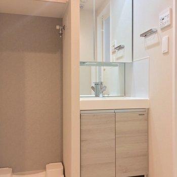 洗面台の隣に洗濯機置場。ここにも収納が!※写真は12階の同間取り別部屋のものです。