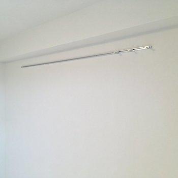 リビングにはフォトレール。お部屋に個性を添えて。※写真は12階の同間取り別部屋のものです。
