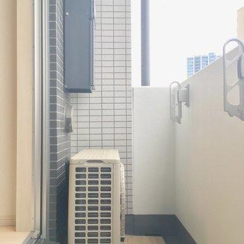 ベランダは狭いですが、洗濯物は充分干せます。※写真は12階の同間取り別部屋のものです。