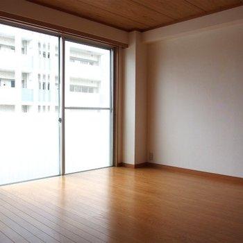 寝室。6帖※写真は類似間取り別部屋のものです。