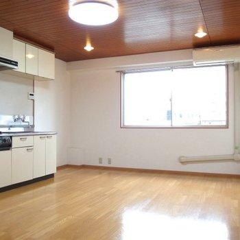 ポイントは天井※写真は類似間取り別部屋のものです。