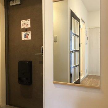 玄関横には大きな鏡も。お出かけ時のコーデチェックもしっかりね♪