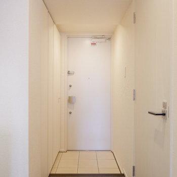 シンプルな玄関!清潔感あります♪※写真は6階の反転似た間取り別部屋のものです