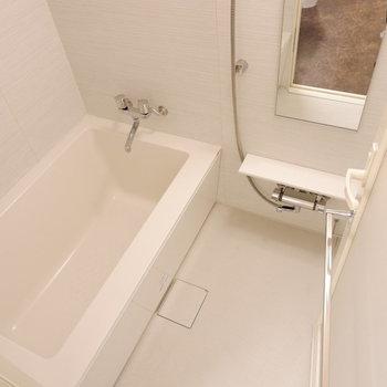 お風呂サイズひとり暮らしには十分ですね。※写真は6階の反転似た間取り別部屋のものです