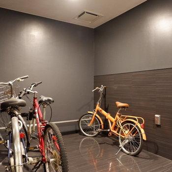 駐輪場は各階の共用部に!完全屋内で、エレベーターで上げてきます♪