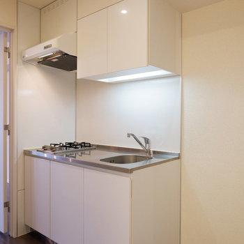 キッチン横に冷蔵庫を。※写真は6階の反転似た間取り別部屋のものです