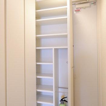 引き出すタイプの玄関収納♪※写真は6階の反転似た間取り別部屋のものです
