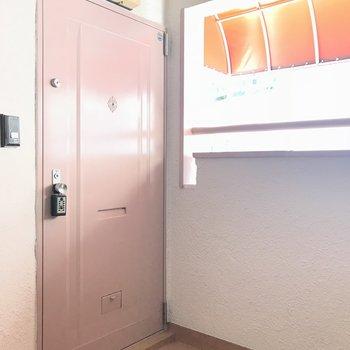 ピンクの玄関扉