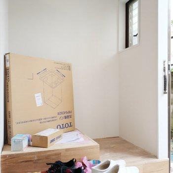 【工事中】玄関周りはシュークローゼットと洗濯パンを設置していきますよ〜!