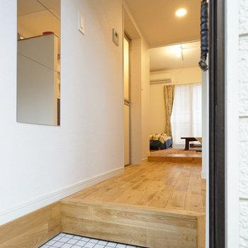 【イメージ写真】玄関は白タイルで明るく!※写真は同間取り別部屋