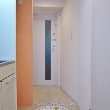 玄関にもアクセントクロス♪※写真は類似間取り別部屋のものです