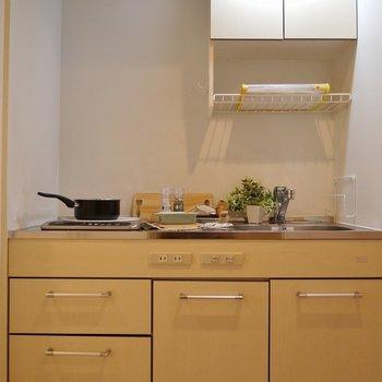 キッチンもなかなかの収納が!。※写真は類似間取り別部屋のものです
