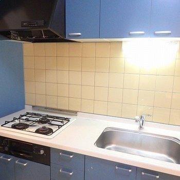 キッチン、ブルーが効いてます。※1階別部屋同間取りのお部屋の写真です。