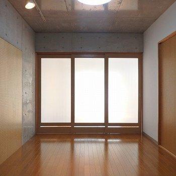 LDK側は、仕切りをするとあまり光は届かなくなります。※1階別部屋同間取りのお部屋の写真です。