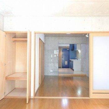 ベランダ側から全体と収納を※1階別部屋同間取りのお部屋の写真です。