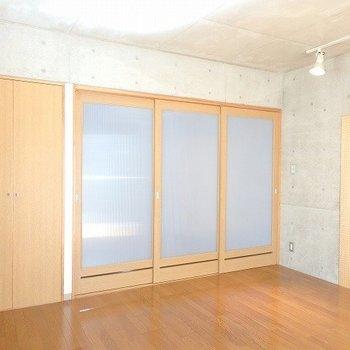 仕切りをすると洋室は落ち着いた空間に!※1階別部屋同間取りのお部屋の写真です。