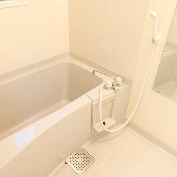 鏡も大きくて、使いやすそうなお風呂※1階別部屋同間取りのお部屋の写真です。