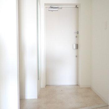 玄関はひろびろ。エッジが効いてます。右側には、(※写真は15階の反転間取り別部屋・通電前のものです。)