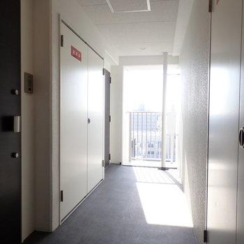 【共用部】風通し良さそう。(※写真は15階の反転間取り別部屋・通電前のものです。)