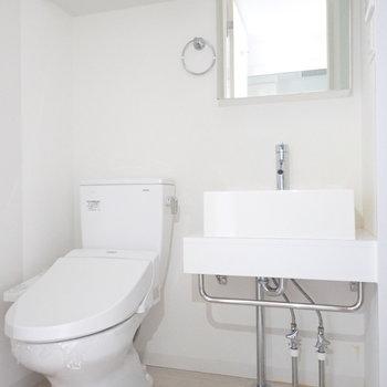 トイレと洗面台はおとなりさんです。お掃除はこまめに!(※写真は15階の反転間取り別部屋・通電前のものです。)