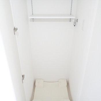 洗濯機置き場。そして左側には、(※写真は15階の反転間取り別部屋・通電前のものです。)