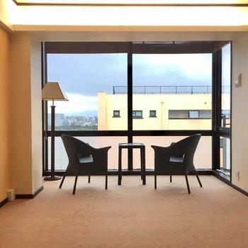 窓の大きなお部屋です。床は絨毯で足に優しい
