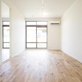 【イメージ】高級感のあるオークの床材をつかった無垢床です!!