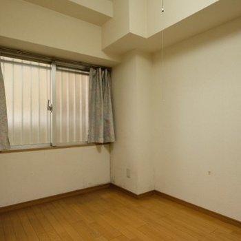 【工事前】共用部廊下側の寝室は4.5畳なので小さめです。