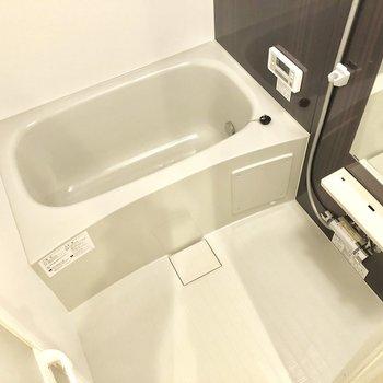 ゆったりできそうなお風呂場ですね〜。