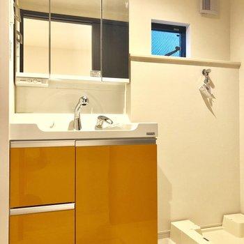 洗面台もオレンジ。隣に洗濯機置場がありますよ。